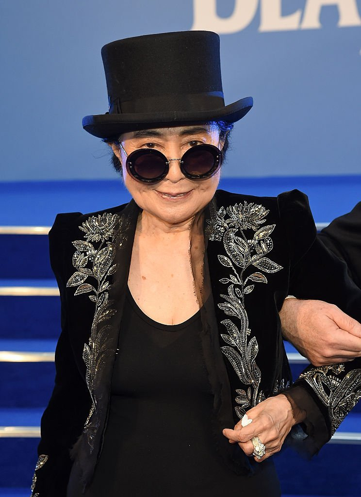 "Yoko Ono assiste à la première mondiale de ""The Beatles: Eight Days A Week - The Touring Years"" à l'Odeon Leicester Square le 15 septembre 2016 à Londres, en Angleterre.
