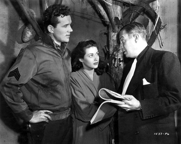 Producer of the film 'Brute Force' Mark Hellinger with actors Howard Duff and Yvonne De Carlo, discussing the filming in 1947. | Source: Getty Images.