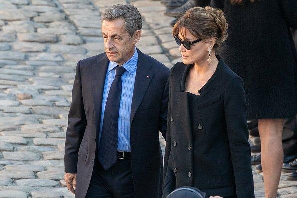 Nicolas Sarkozy et son épouse Carla Bruni Sarkozy assistent à l'hommage national à Charles Aznavour aux Invalides le 5 octobre 2018 à Paris, France. | Photo: GettyImage