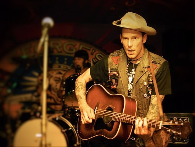 Hank Williams III performing at George's in Fayetteville, AR in 2010 | Photo: Wikimedia Commons Images
