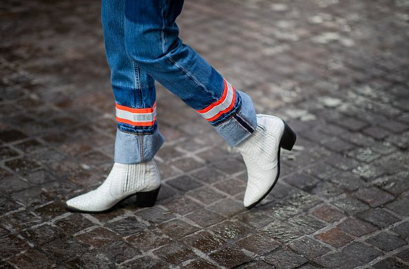 A lady wearing cuffed denim jeans in New York City | Photo: Getty Images