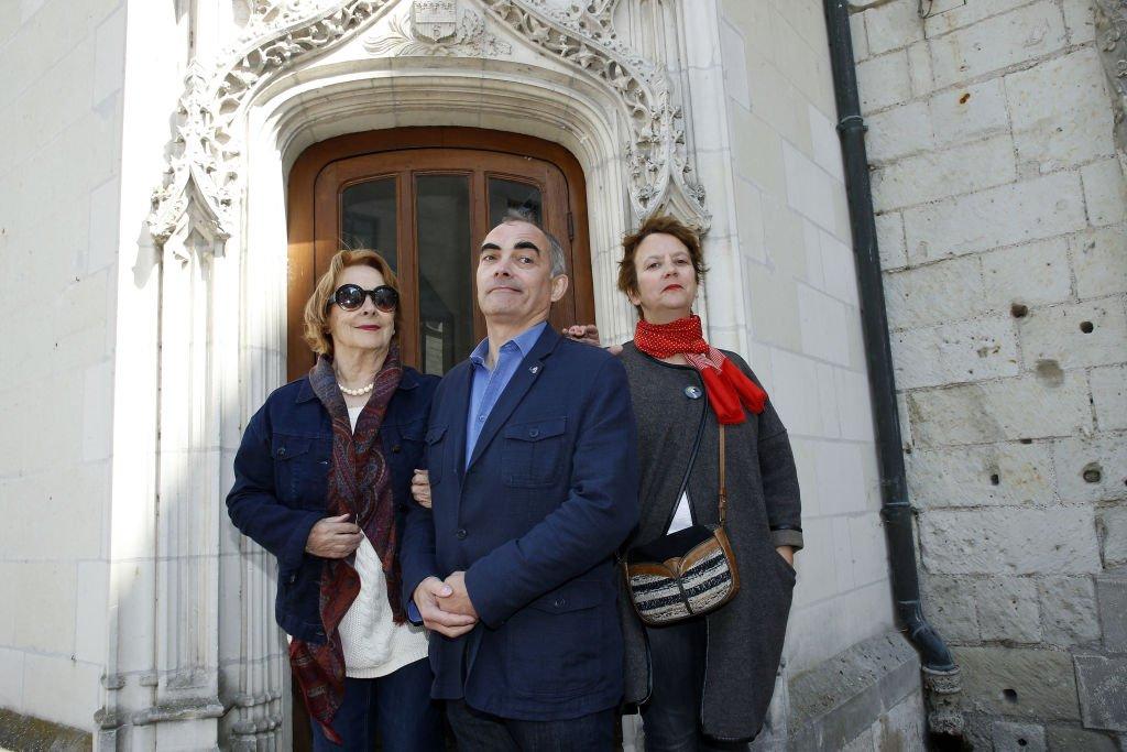 Aurore Chabrol, Thomas Chabrol et Cecile Maistre assistent à un hommage à Jean-Claude Brialy le 14 mai 2017 à Saumur, en France. | Photo: Getty Images