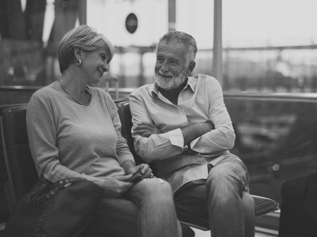 Un couple de personnes âgées discutant côte à côte. l Source: Freepik