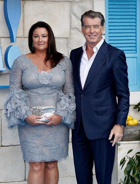 Keely Shaye Smith et Pierce Brosnan à Eventim Apollo le 16 juillet 2018 à Londres, Angleterre. | Photo : Getty Images