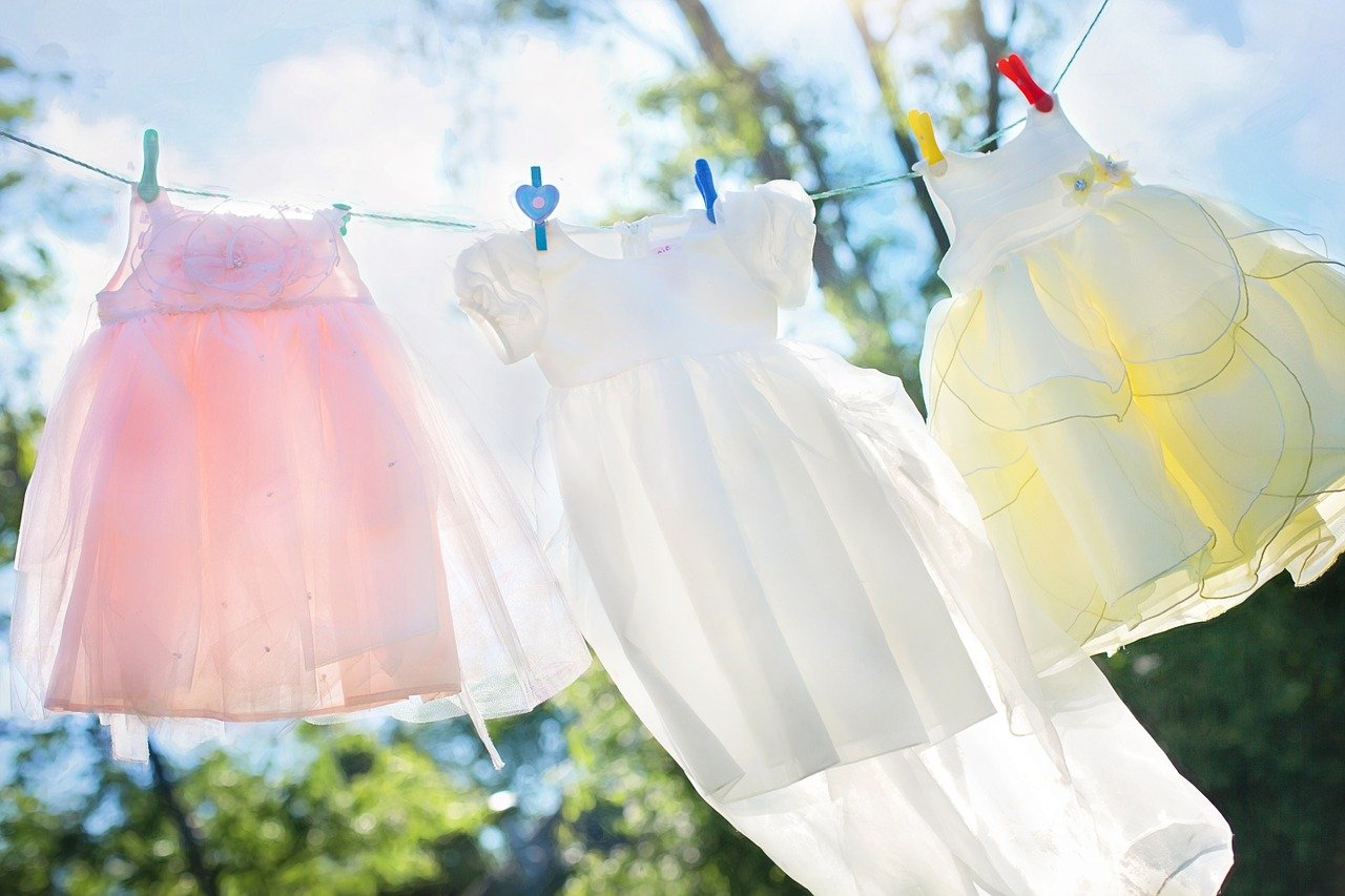 Clean children's clothes hanging on a washing line | Photo: Pixabay/Jill Wellington
