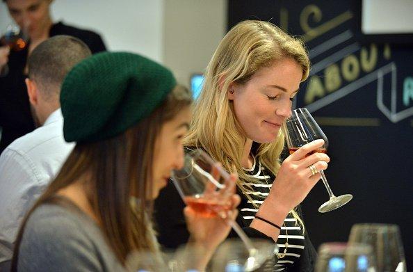 Foto de dos señoritas tomando una copa. | Foto: Getty Images