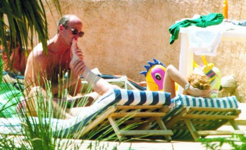 John Bryan kissing Sarah Ferguson's toes during a villa holiday in France | Photo: Daily Mirror