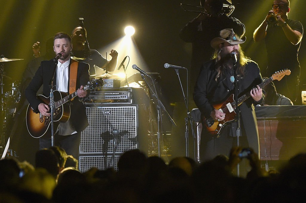 Justin Timberlake performs with Chris Stapleton at 2015 CMA | Photo: Getty Images