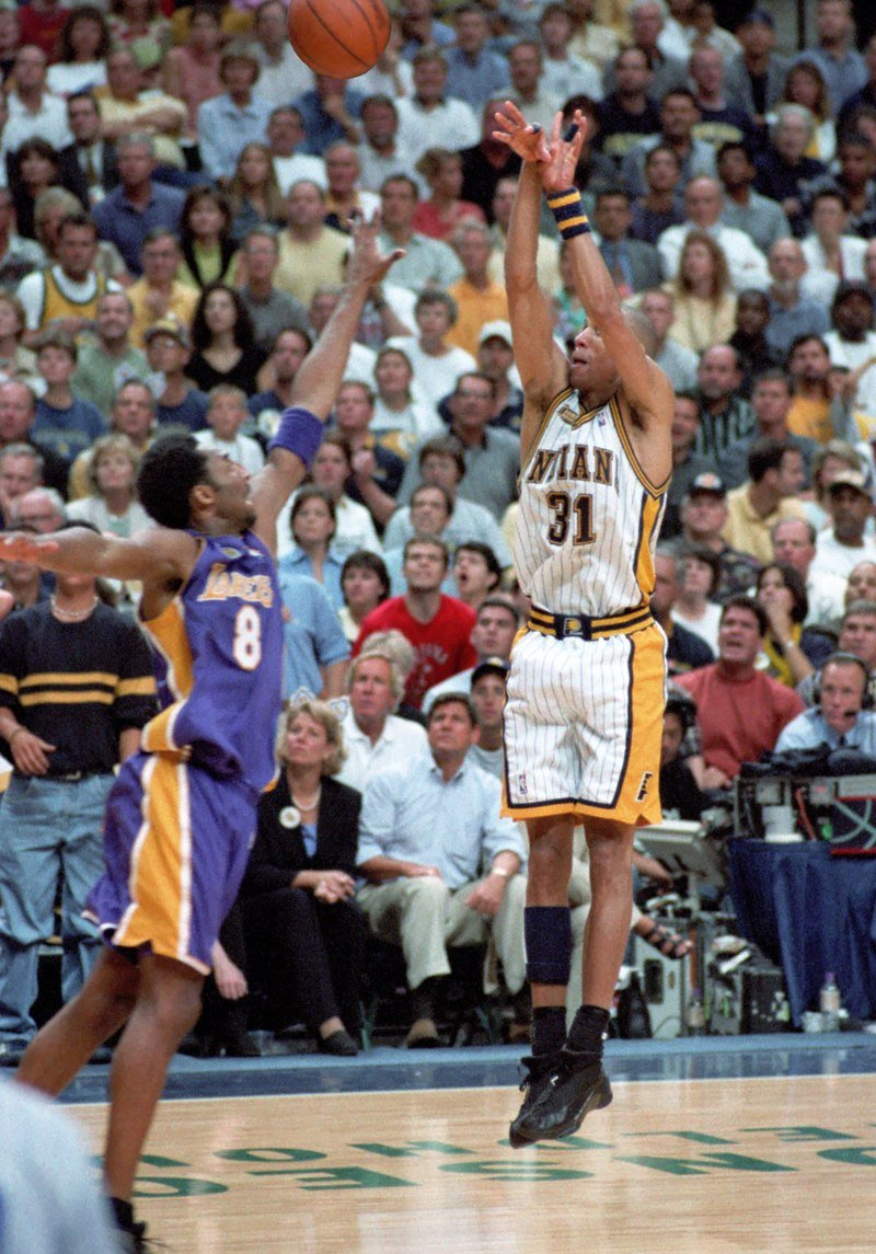 Reggie Miller (right) taking a shot during Game 5 of the 2000 NBA Finals | Source: Wikimedia