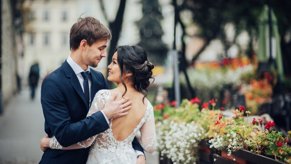 Husband and wife smiling on their wedding day | Photo: Shutterstock