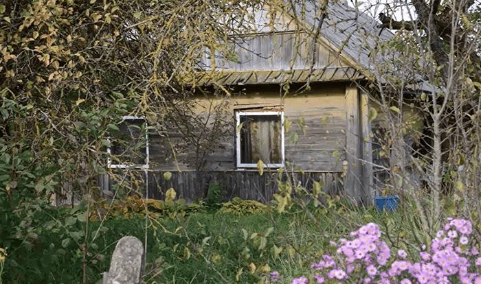 Photo de la maison de la femme qui vivait dans de mauvaises conditions et seule avec les 11 chiens. | Facebook/Tautmilės Prieglaudėlė