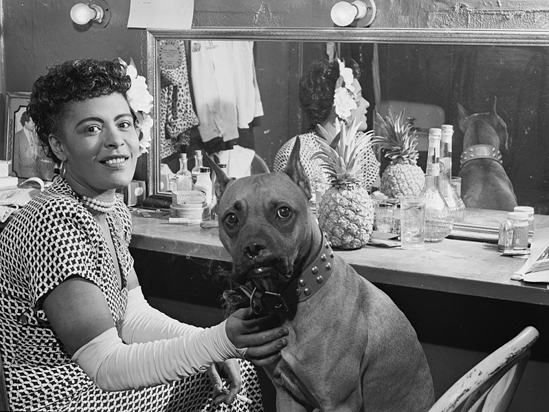 Billie Holiday and her dog Mister Dog, backstage in 1946 | Source: Wikimedia Commons/ Public Domain