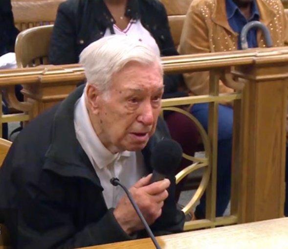 Víctor Coella explica al juez lo sucedido. | Foto: YouTube/Caught In Providence