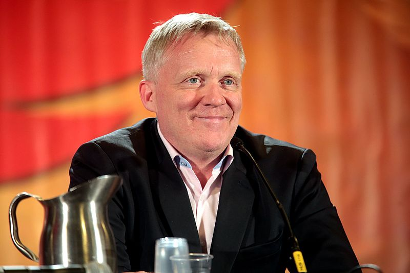 Anthony Michael Hall speaking at the 2017 Phoenix Comicon. | Source: Wikimedia Commons