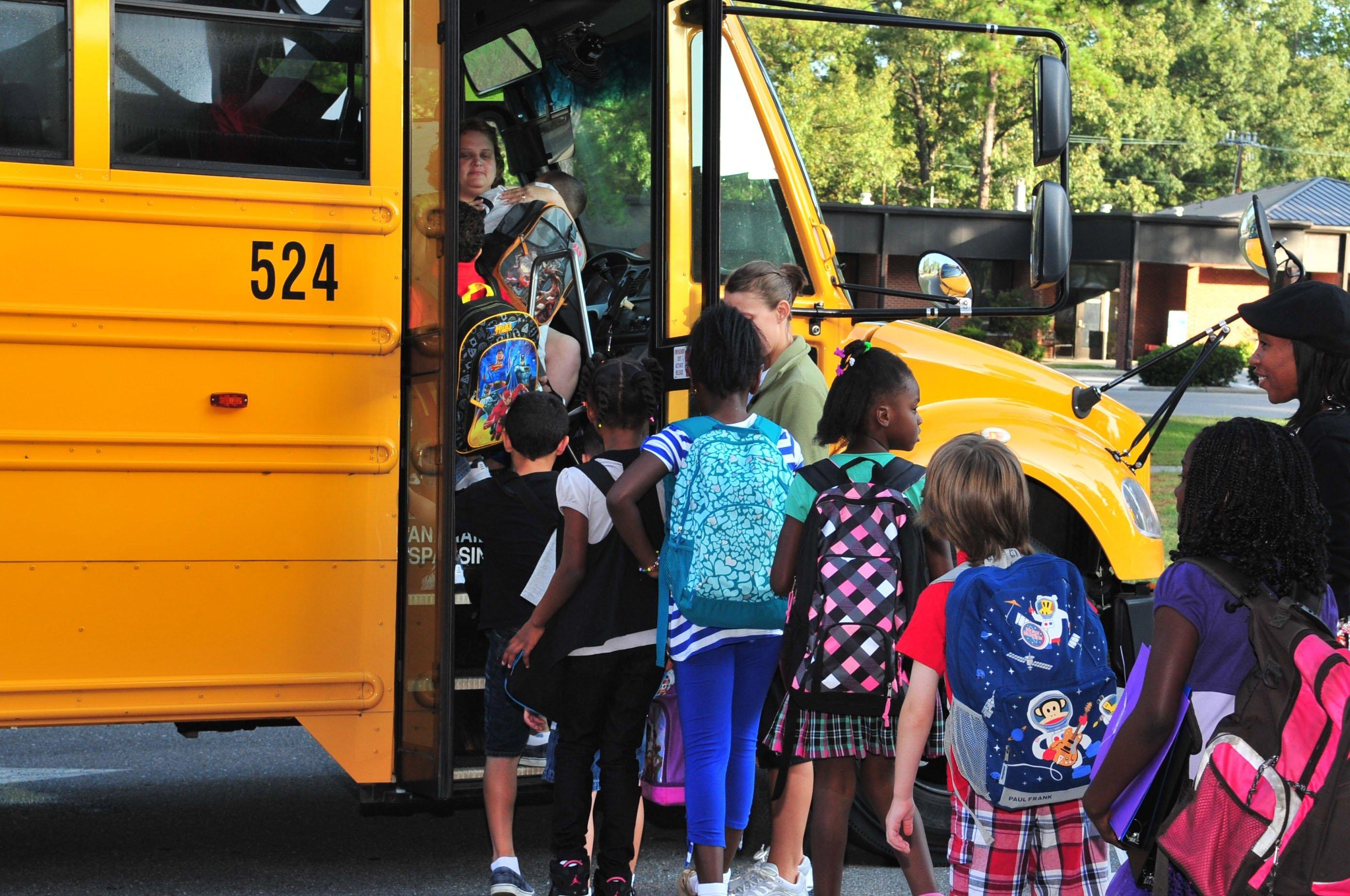 Kinder und Schulbus | Quelle: US Air Force