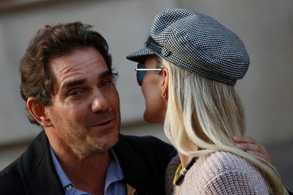 Laeticia Hallyday et Sébastien Farran sortent d'un rendez-vous avec leur avocat à Paris le 17 octobre 2018. | Photo : Getty Images