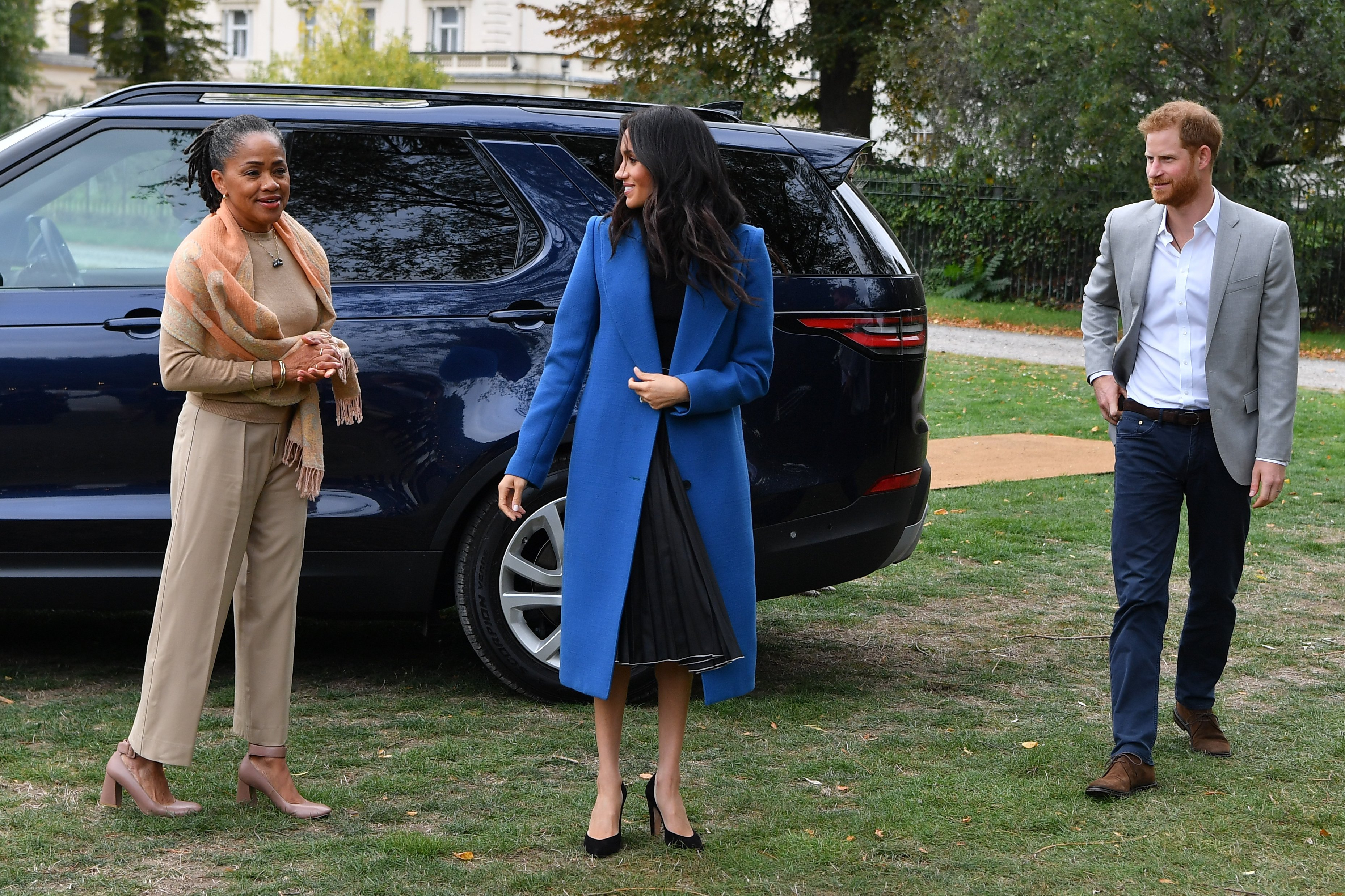 Doria Ragland with Meghan Markle and Prince Harry arrive at a cookbook event in 2018 | Photo: Getty Images
