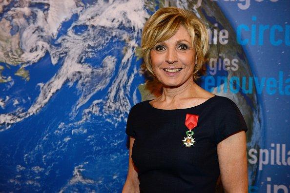 Evelyne Dheliat reçoit la Légion d'honneur française de Ségolène Royal au Ministère de l'Ecologie le 24 janvier 2017 à Paris. |Photo : Getty Images
