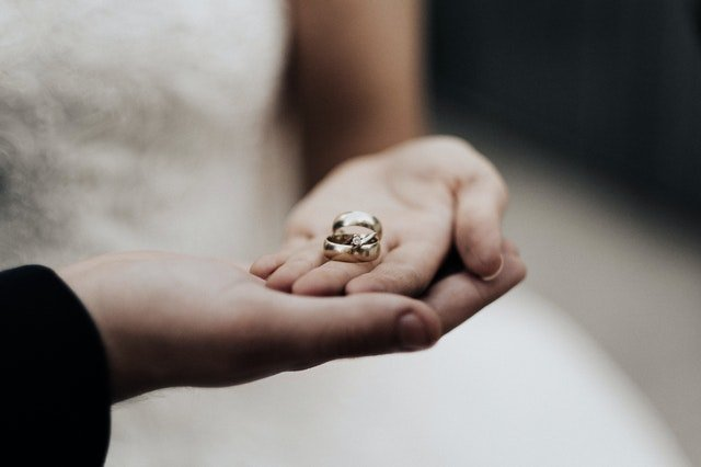 Person holding wedding bands | Source: Pexels