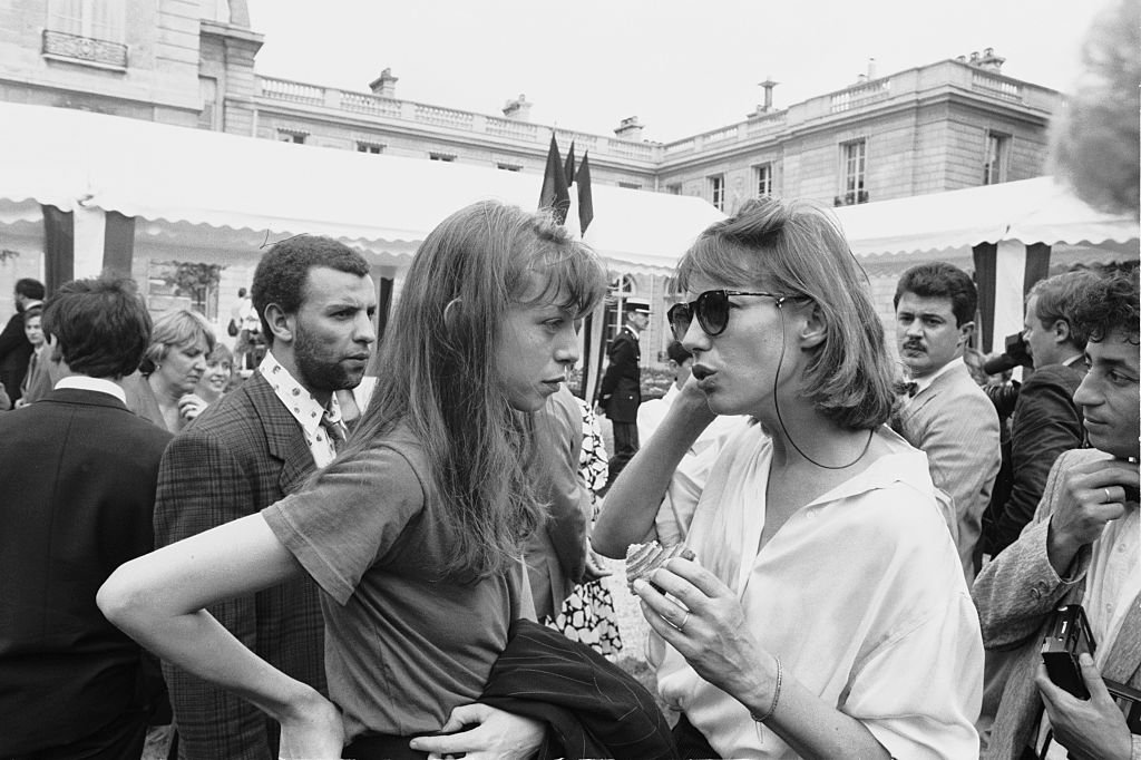 Jane Birkin et sa fille Kate Barry participent à la traditionnelle Garden Party qui a lieu tous les 14 juillet. | Photo : Getty Images