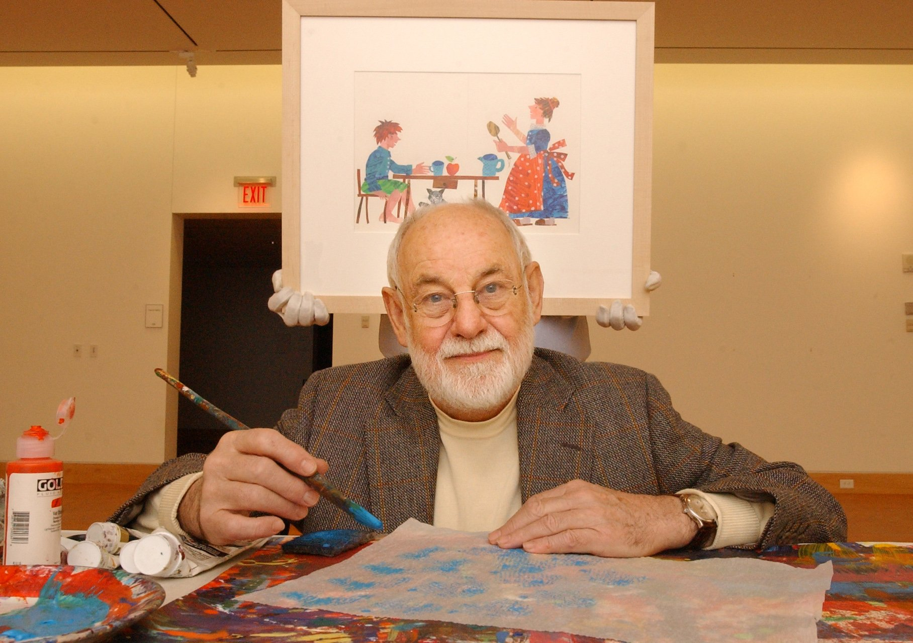 Eric Carle, author of children's books, poses in a gallery of the Eric Carle Museum | Photo: Getty Images