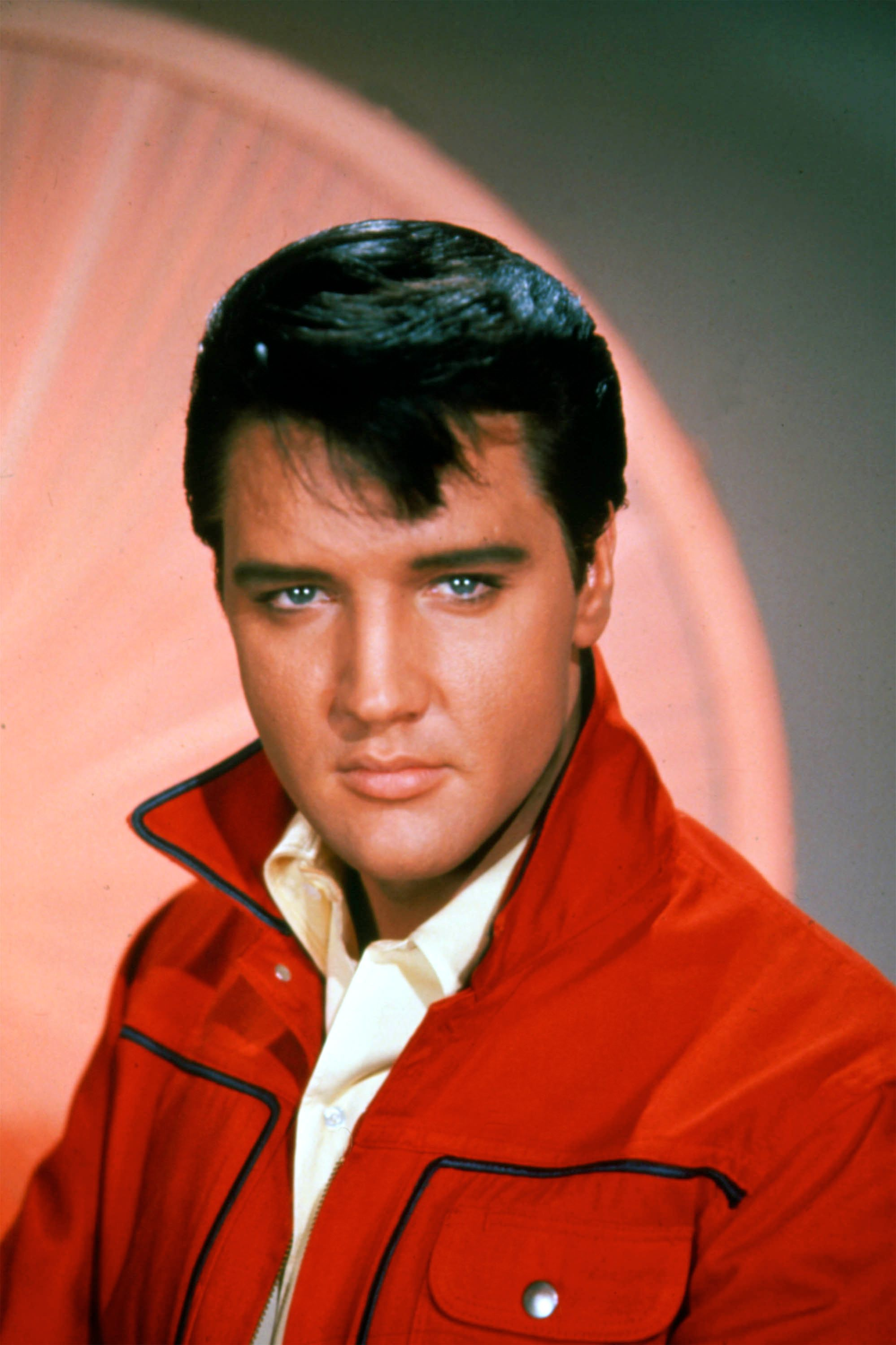 Late singer Elvis Presley poses for a studio portrait on January 1, 1965. | Photo: Getty Images.