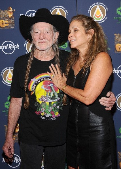 Willie Nelson and Annie D'Angelo at Hard Rock Cafe, Times Square on June 6, 2013 in New York City. | Photo: Getty Images