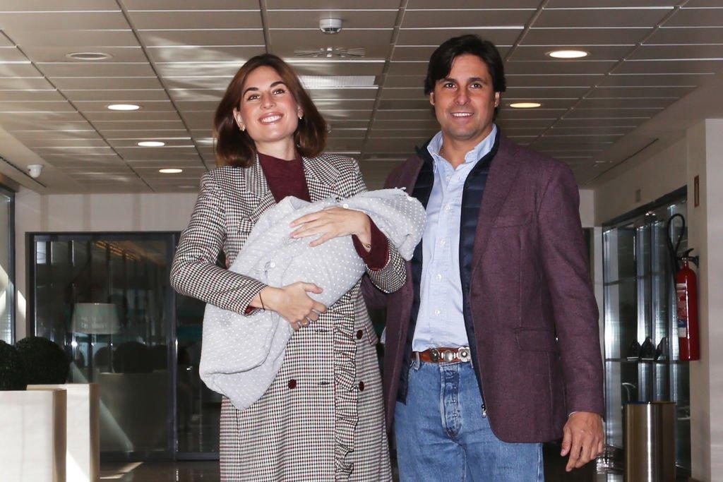 Lourdes Montes y Francisco Rivera presentando a su segundo hijo.| Fuente: Getty Images