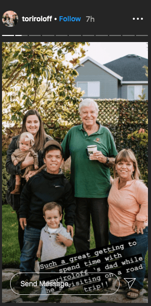 Amy Roloff in a group picture with her father,Gordon,her son Zach, and his family. | Photo: Instagram/@toriroloff