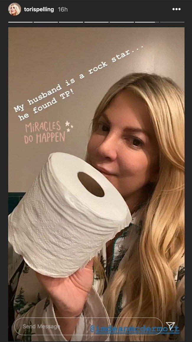 Tori Spelling speaking about feeling ill and not having toilet paper on March 12, 2020 | Photo: Instagram Story/torispelling