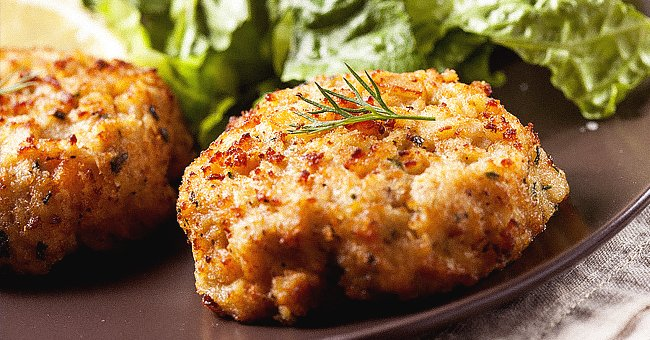Crab cakes. │ Source: Shutterstock