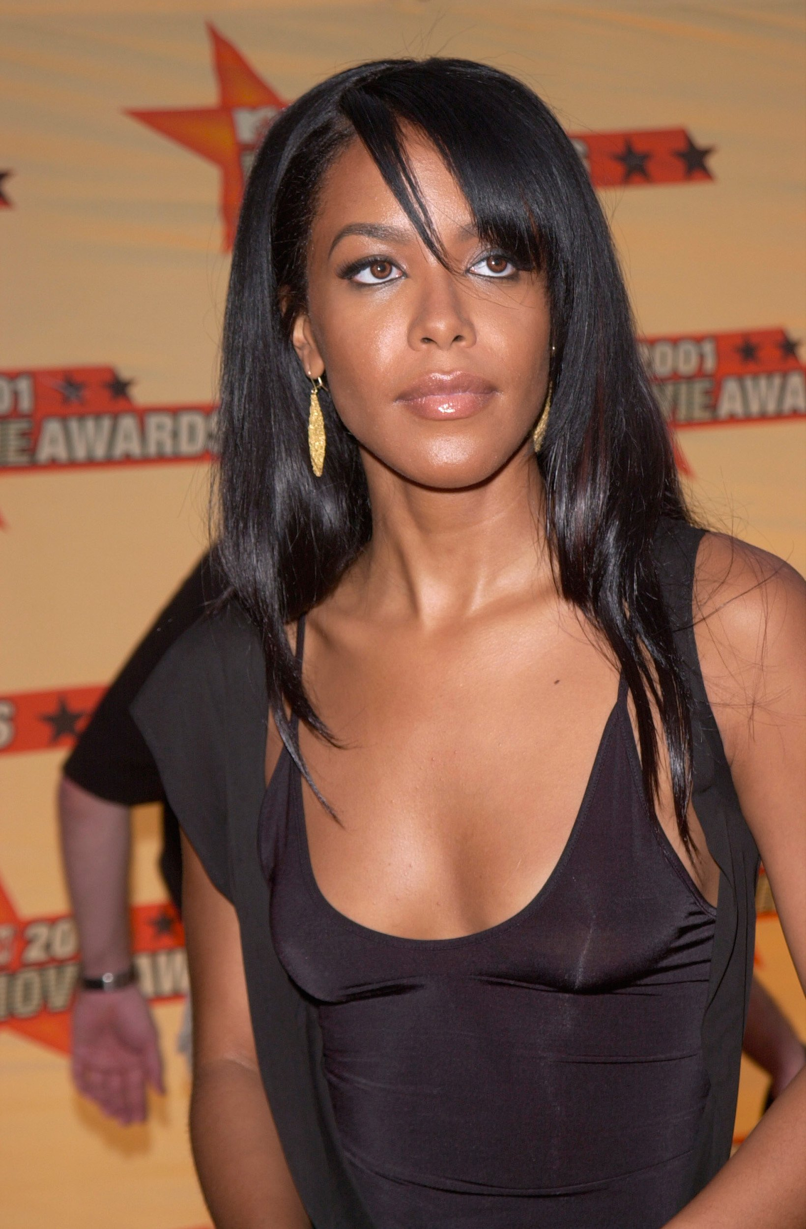 Aaliyah at the MTV Movie Awards red carpet, June 2001. | Photo: Shutterstock