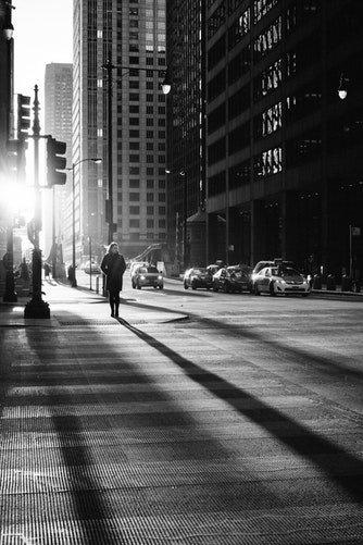 Une rue en prise en noir et blanc | Photo : Unsplash
