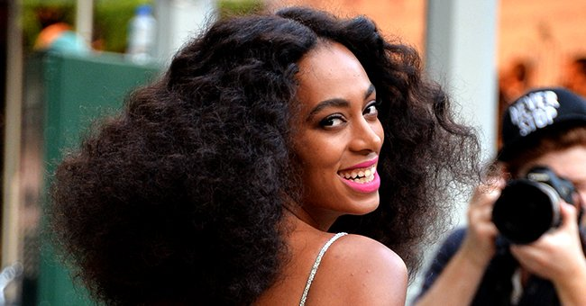Solange Knowles Proudly Rocks a Huge Afro as She Flaunts Her Flat Abs in Cropped Shirt (Photo)