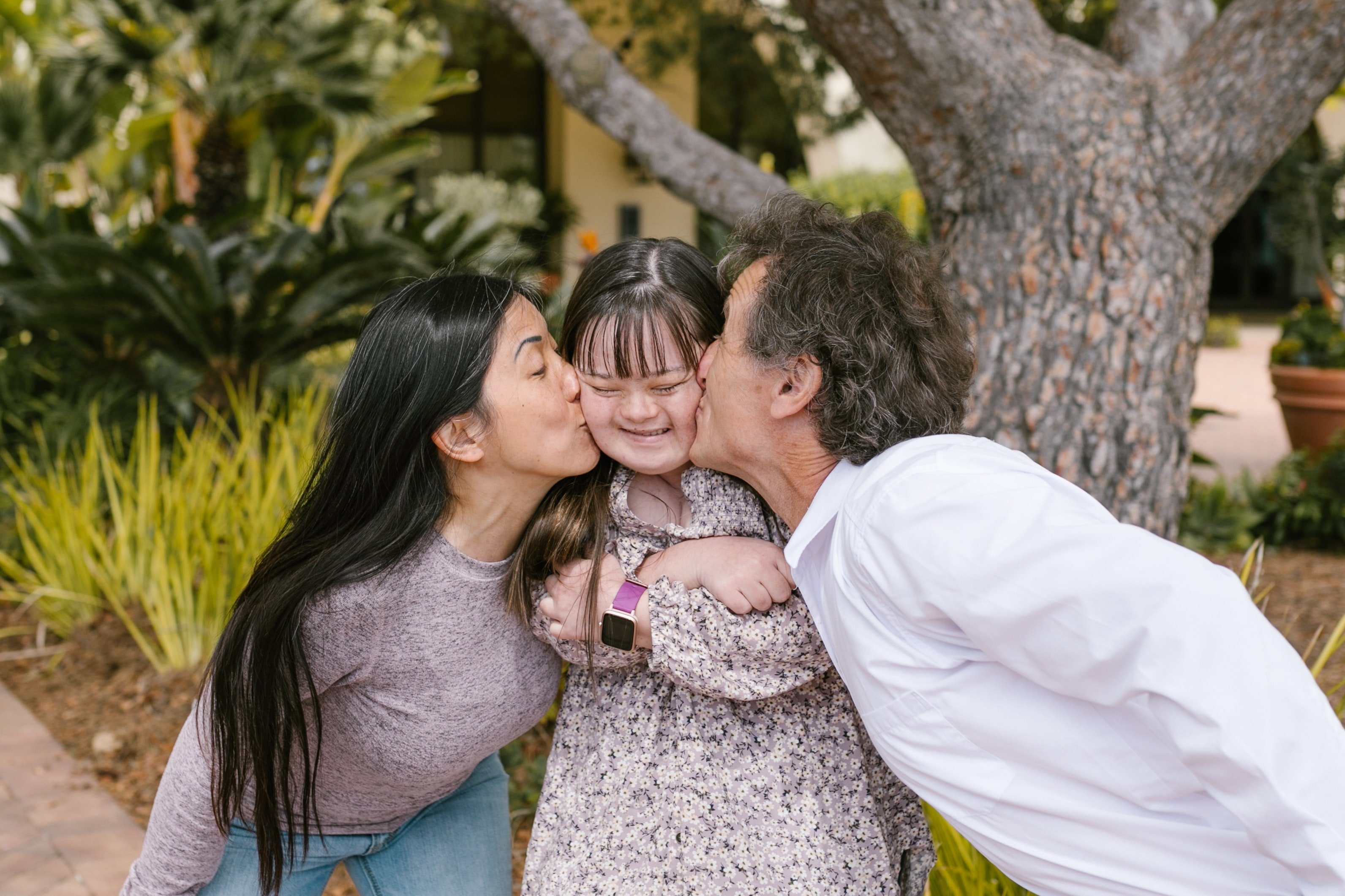 Couple kiss their daughter | Photo: Pexels