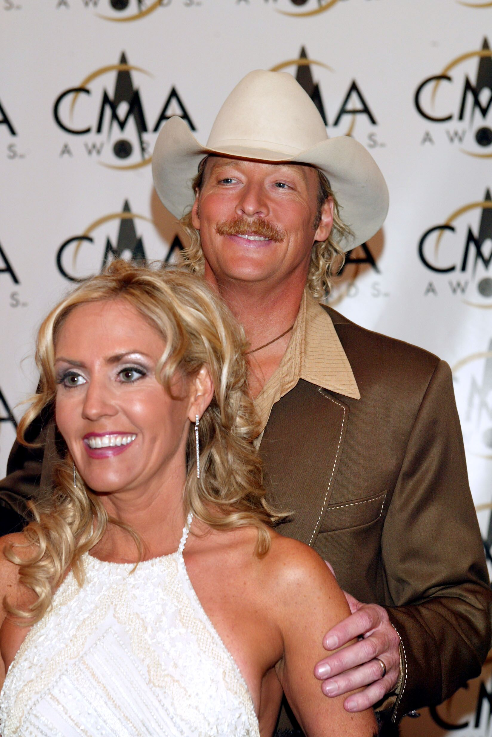 Alan Jackson arrives with his wife Denise at the 36th annual Country Music Association Awards at the Grand Ole Opry House in Nashville, Tennessee, November 6, 2002 | Photo: Getty Images