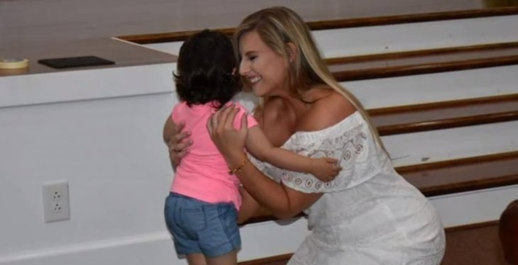 Hayden Ryals abrazando a Skye Savren-McCormick el día de su boda /Foto: YouTube-ABCNews
