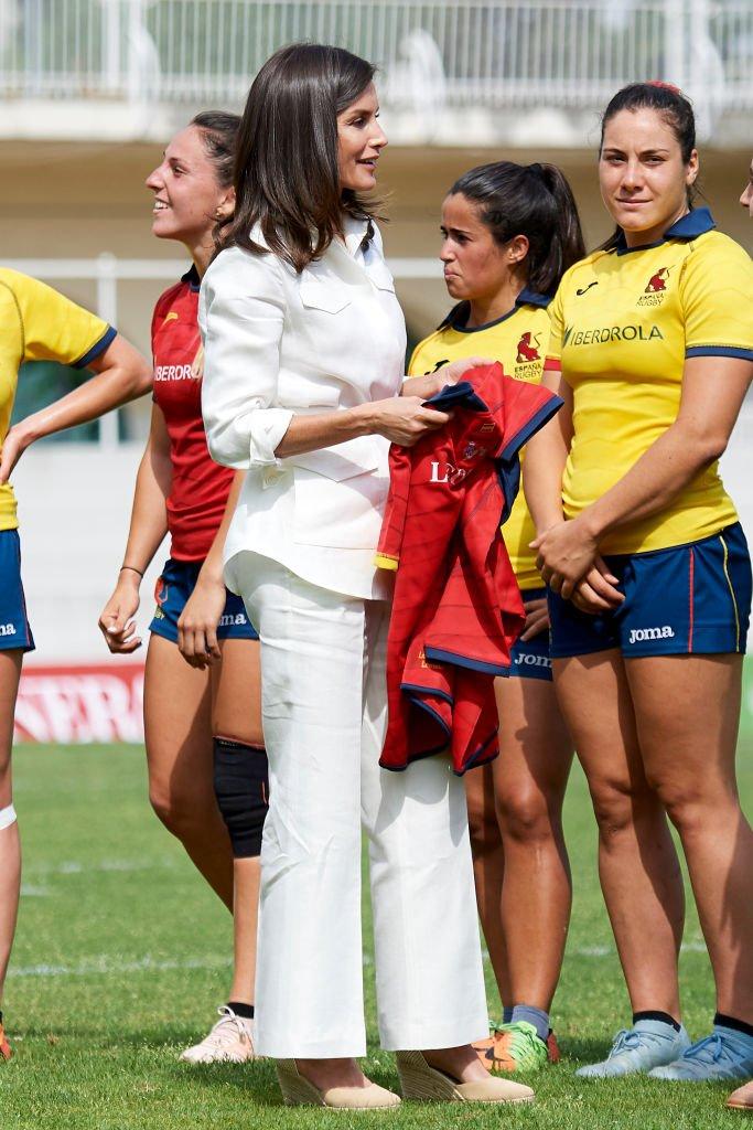 La reina Letizia de España luciendo su modelo de calzado veraniego durante un juego de rugby. | Foto: Getty Images