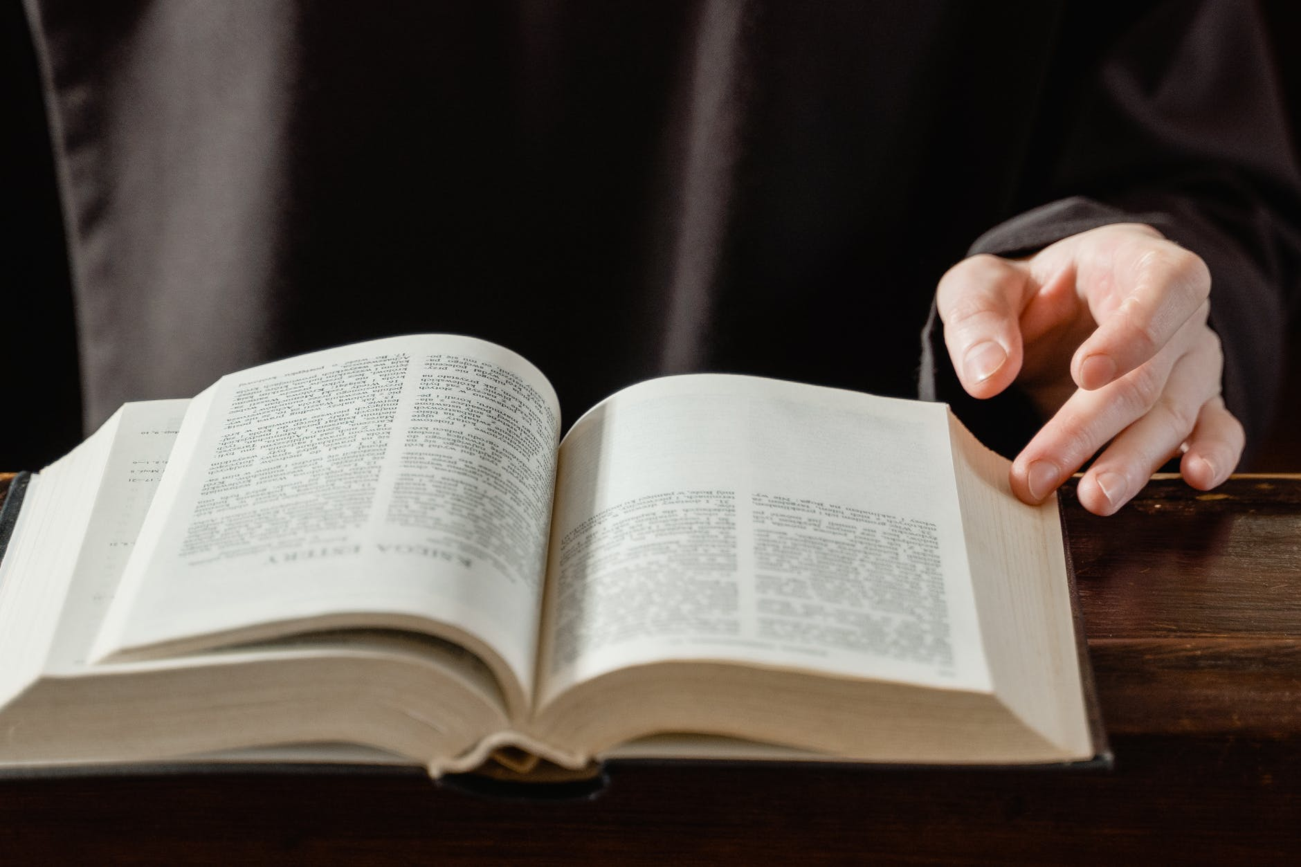A close up of an open bible | Source: Pexels