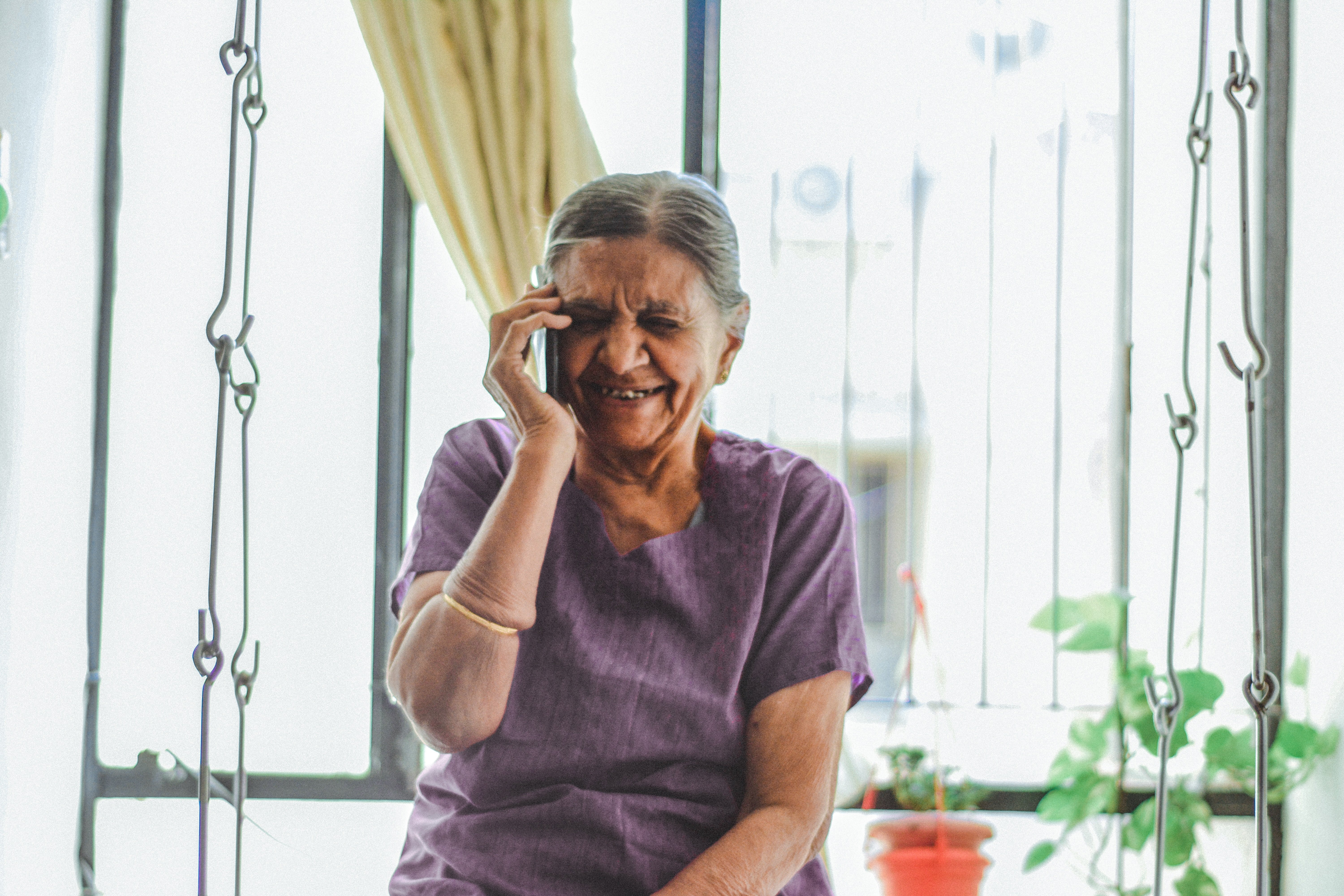 An old woman making a phone call. | Source: Unsplash