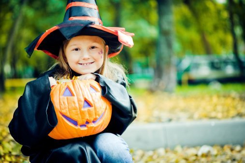 A little girl dressed for Halloween.| Photo: Getty Images.