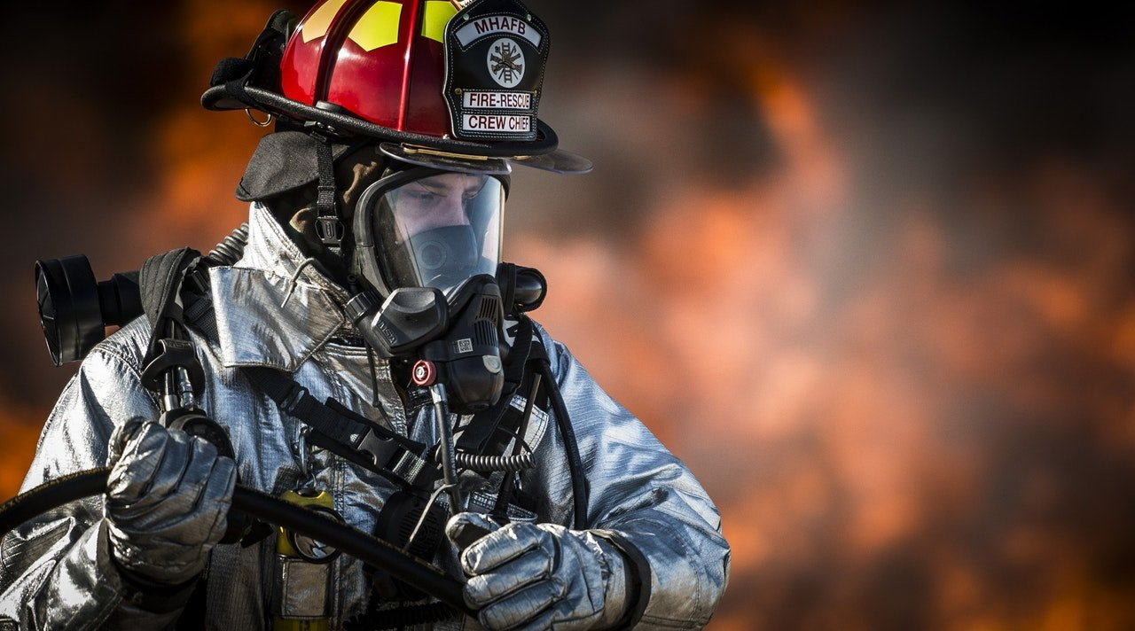 Fully kitted fire fighter responding to an emergency | Photo: Pexels