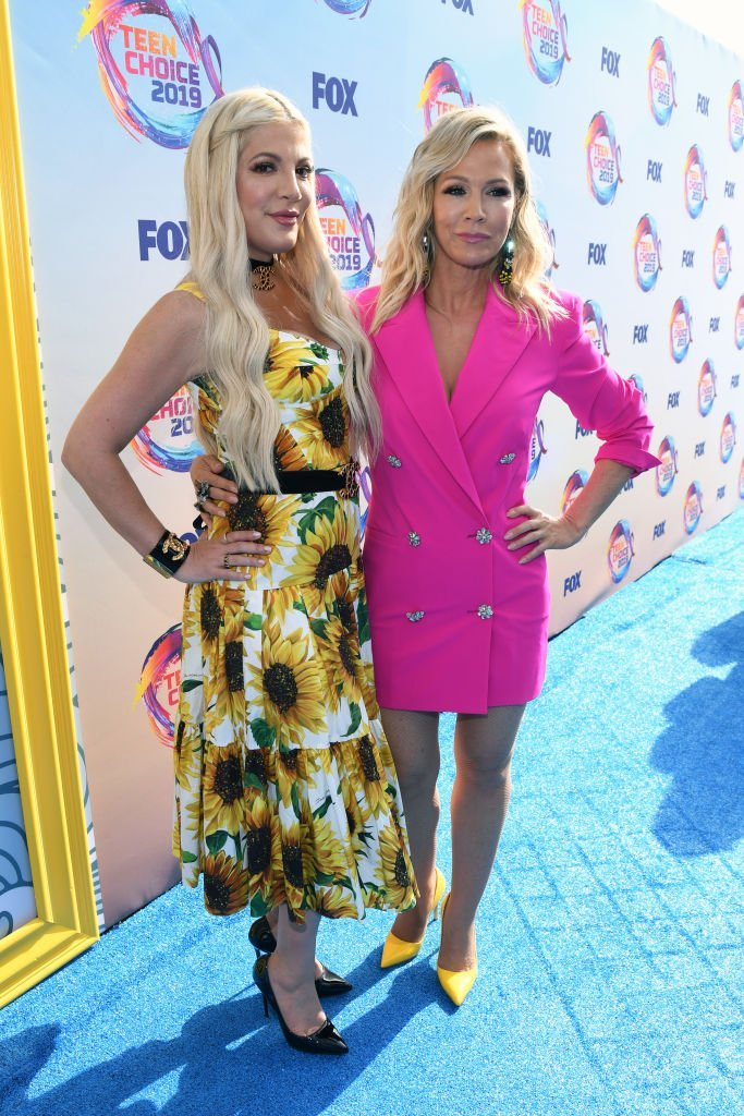Tori Spelling and Jennie Garth attend FOX's Teen Choice Awards 2019 | Photo: Getty Images