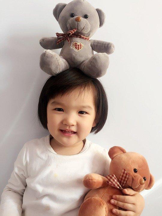 Un bébé avec des peluches | Image : Pixabay