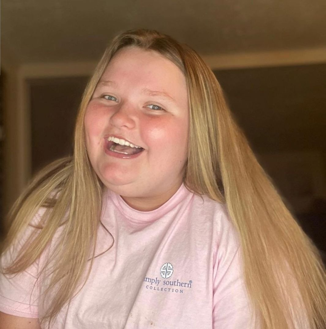 Alana 'Honey Boo Boo' Thomspon flashes her beautiful smile in a casual snap, June, 2020. | Photo: Instagram/honeybooboo.