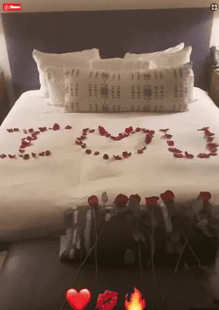A bed in the Bahamas covered in rose petals. | Source: InstagramStories/Alex Rodriguez