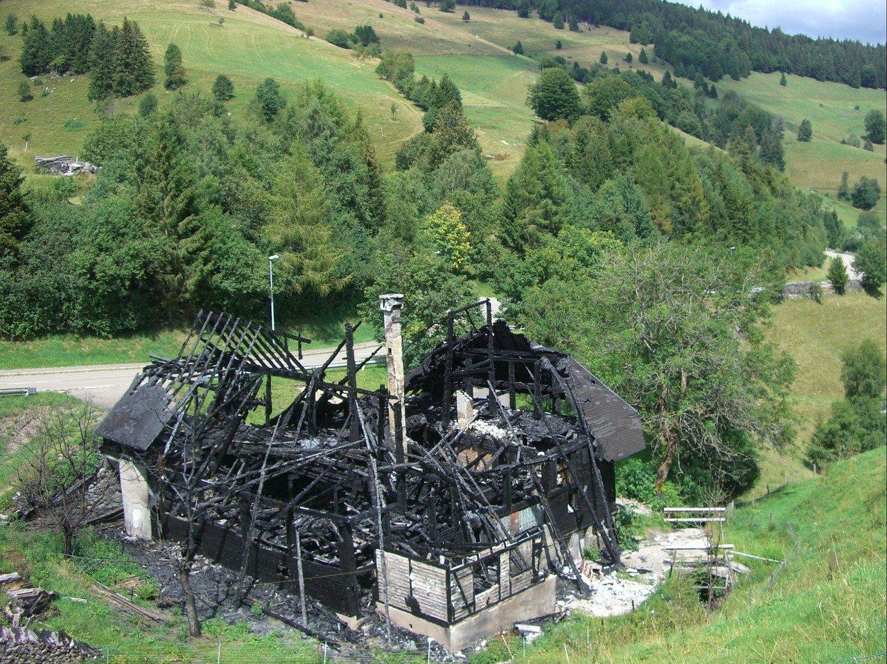 Une maison incendiée. | Photo : Pixabay