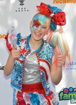 JoJo Siwa at The Grove on October 05, 2019 in Los Angeles, California. | Photo: Getty Images