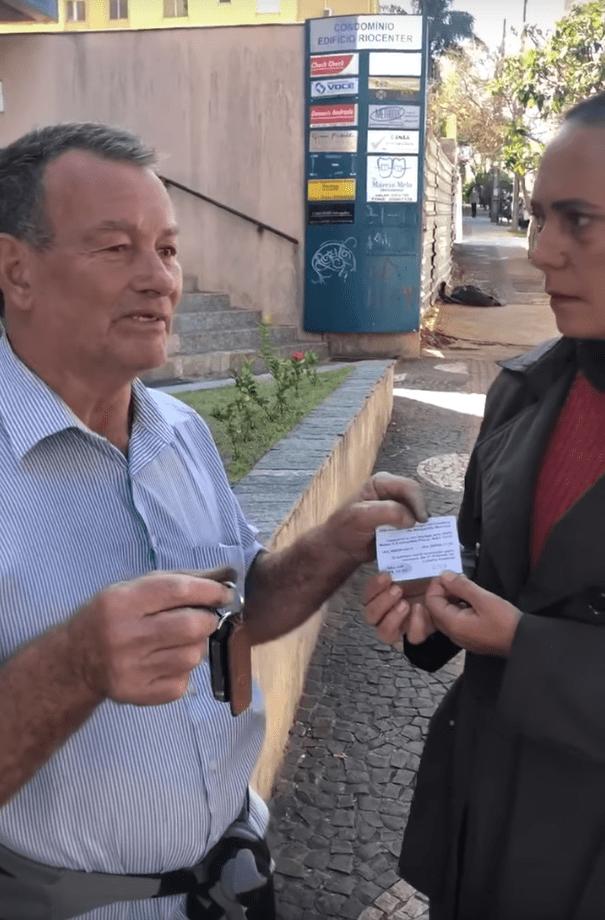 Celio Pereira devolviendo las llaves del automóvil a Margarete Mormul.   Imagen: YouTube/Portal Pérola