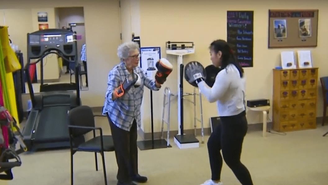 Bernice Bloch practicando boxeo junto a Rury Lee, coordinadora de acondicionamiento físico. | Imagen: YouTube/KOLR10 News